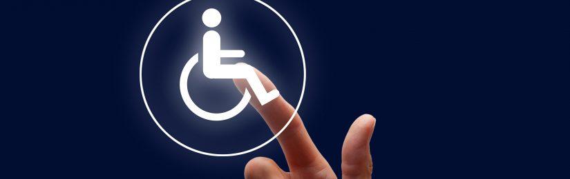 Finger tippt auf ein leuchtendes Rollstuhl-Symbol